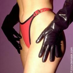 Röd-svart latextrosa med spännen, storlek 4